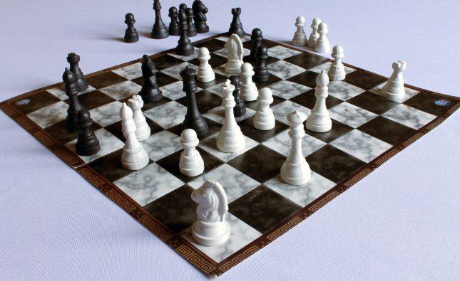 rozłożona plansza z szachami, bardzo słaba jakość elementów - plastikowe elementy, plansza wykonana z papieru