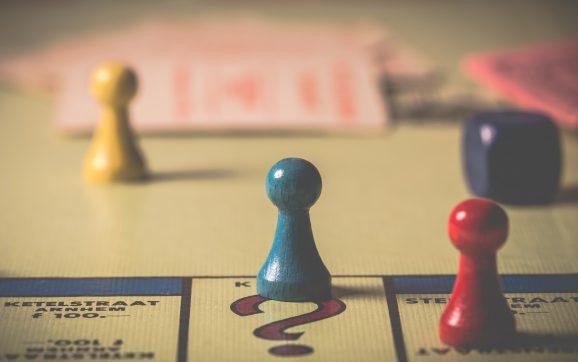 rozłożona gra monopoly, widać pionki naplanszy