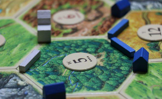 rozłożona plansza w trakcie rozgrywki z gry planszowej Catan, starsza wersja