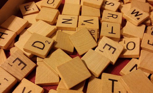 widać elementy gry słownej - gry planszowej, prawdopodobnie o układaniu wyrazów